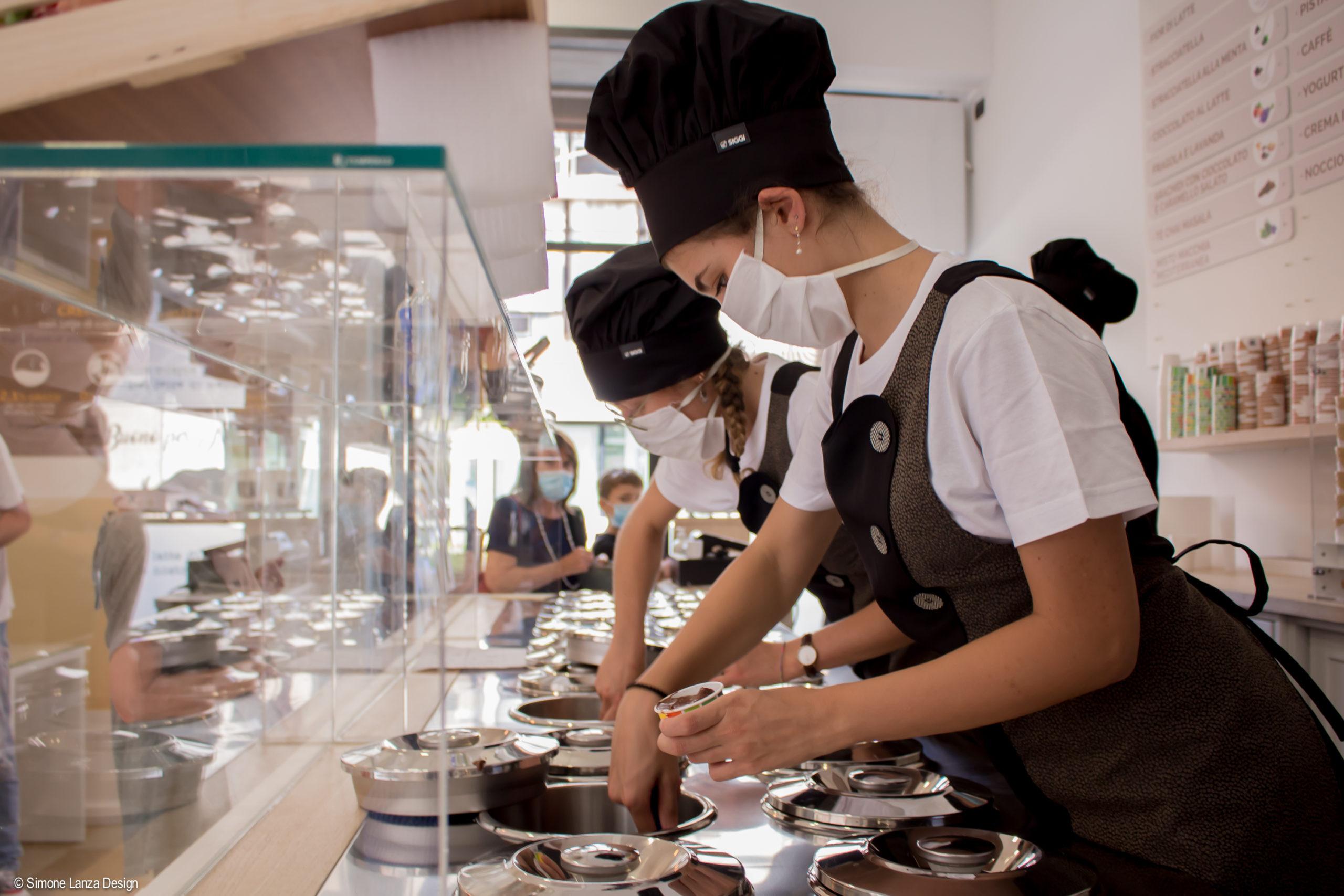 Le ragazze di Terra e Cuore in divisa preparano delle coppette di gelato