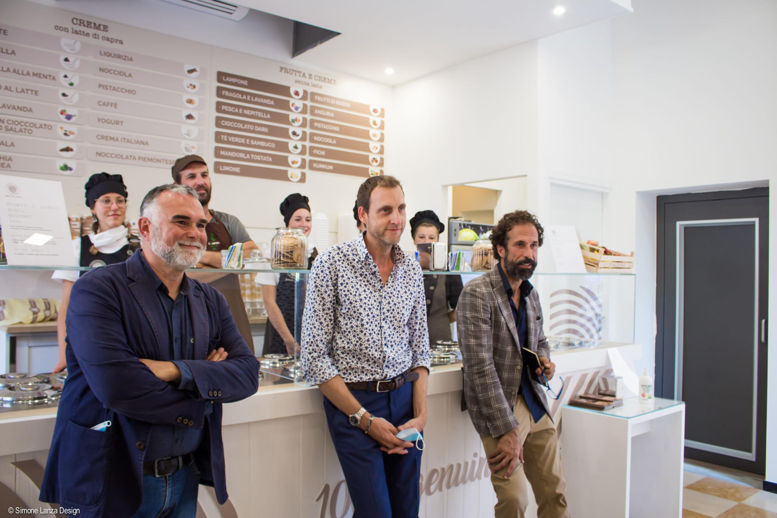 Il presidente e i proprietari di Terra e Cuore all'inaugurazione del nuovo punto vendita in via IV novembre a Verona